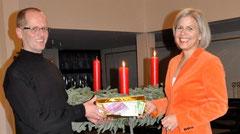 Barbara Krug und Pfarrer Markus Hoitz bei der symbolischen Spendenübergabe