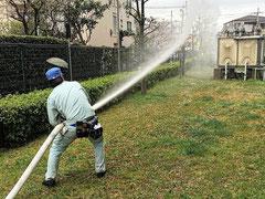 屋外消火栓は放水圧が強いため力がいる