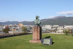 カザルス像
