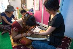 インドでヘナを描いてもらっているところです