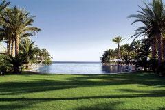 Das Hotel liegt direkt am Meer und verfügt über eine beeindruckende Poolanlage