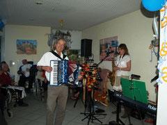 Sorgte für Oktoberfeststimmung: Das Musiker-Duo Claudia Zarpe       und Jens Peter.