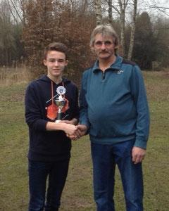 Jonas Schaar mit dem Siegerpokal, überreicht vom Jugendwart Wolfgang Adena