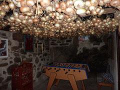 """Conservation des """"raïolettes"""" pendues au plafond de la salle baby-foot"""