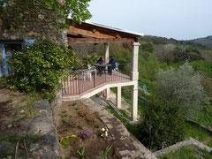 Het op het zuiden gelegen  terras van 'Le Cantou'