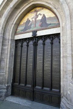 """De 95 stellingen gegraveerd in de deur van de """"Schlosskirche"""""""