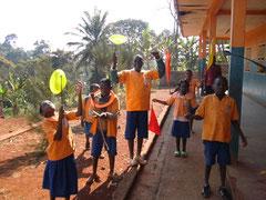 Ausprobieren des neuen Zirkusmaterials von den Sponsoren. Die Kinder mit Drehtellern und Pois