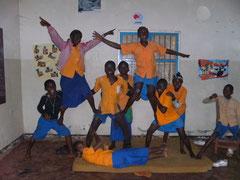 """Schüler der 7. Klasse bauen eine """"Mauer"""" (Akrobatische Pyramide)"""