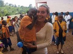 Celine Guillot mit einem Kind auf dem Arm