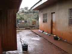 Die Internatsgebäude, bisher noch in tristem Grau