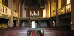Anblick zum Eingang mit neuen Emporen und Orgel