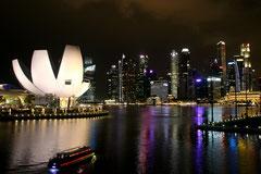 Wunderbare Aussicht von der Helix Bridge auf die Skyline von Singapur