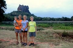 Vor dem Sigiriya-Felsen