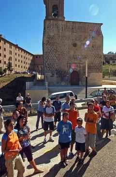 Una visita guiada en el arranque al pie del castillo en 2006 frente a Santa María Jus del Castillo. (Foto: Archivo Diario de Navarra)