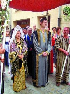 Los novios Marta Gabiria y Javier Hernández dirigiéndose a la casa de cultura. (Foto: Cristina Solano)