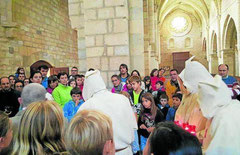 Público de todas las edades durante las visitas teatralizadas en el Monasterio de Iranzu. (Foto: Tierras de Iranzu)