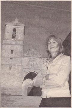 Elba Ochoa, que ejercerá de guía en la función, junto al Monasterio de Irache. (Foto: Diego Echeverría)