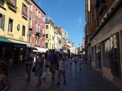 狭い通りは観光客でギュウギュウでした。