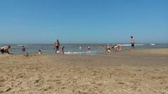 雲一つない空、混んでいない白い砂浜、これで水が暖かければ・・・