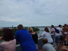 出港時にベネツィアと別れを告げる人達が甲板に集まりました。