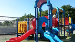 グランドの側に子供たちが遊ぶスペースがあるのがオランダ
