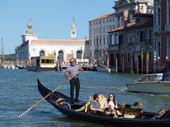 ゴンドラもたくさん運河にいます。新婚さんっぽい人達だらけでした。