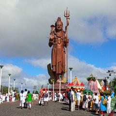 La statue de Shiva accueille les pélerins
