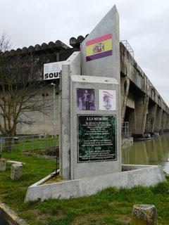 Il a fallu de nombreuses années pour que ce monument à la mémoire des Républicains espagnols qui participèrent containts à la construction de la base sous-marine soit érigé en 2012