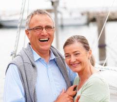 Mit Implantaten können auch wieder komplett fest sitzende Zähne gemacht werden.