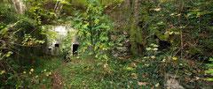 Gut geschützt in den Hang gebaut - im Vordergrund unser Schweizer Begleiter bei der Rast