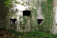 Schießscharten - die Fassade ist völlig unbeschädigt