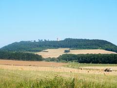Blick von der D119 auf den Hügel
