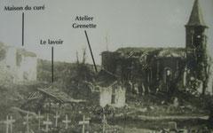 Dorfbereich um die Kirche während der deutschen Besetzung - im vordergrund deutsche Gräber. Nach dem Krieg wurden die Toten unter anderem nach Azannes II umgebettet