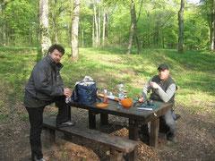 Jens W. und ich beim Frühstück im Freien (natürlich mit alkoholfreiem Bier!)