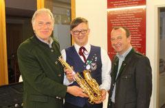 Neuer Obmann Harald Gudenus übernimmt das Saxophon von Hannes Zweytick und Martin Wratschko