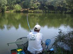 Un pêcheur aux prises avec un  gros poisson.