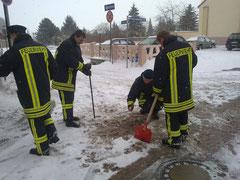 Die Kameraden griffen zur Schaufel und zum Hammer um den Unterfluthydranten an der Seehäuser Straße frei zu bekommen.