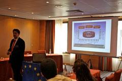 Sebastian Schäffer bei der Einführung einer Simulation des Europäischen Parlaments