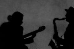 Schatten von Gitarist und Saxophonist