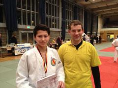 Wayan de Vries mit dem Trainer Rok Kosir