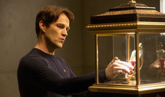 Fotograma de la serie 'True Blood'. Vampiro Bill coge la sangre de Lilith.