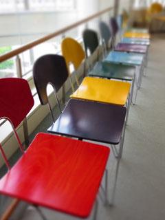 劇場2階ロビーの色とりどりの椅子
