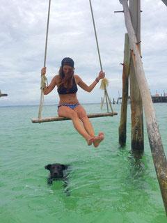 Laura: Dieses Bild mit dem süßen Hund ist auf Koh Rong, meiner Lieblingsinsel in Kambodscha entstanden. Der Hund hat mit mir einen Strandspaziergang gemacht und als ich dann zur Schaukel ins Wasser bin, ist er ungefragt mitgekommen. Wundervoll!