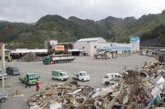 浸水した駐車場への仮設店舗建設計画が浮上しているショッピングモール=7日、岩手県大槌町