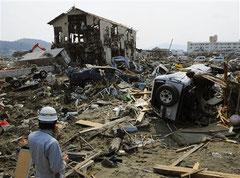 壊滅的な被害を受けた宮城県南三陸町=30日午前