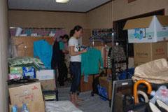 2部屋に5人が暮らす堀内さん方。荷物などで部屋一つが埋まっている=登米市