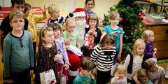 Teilnehmende Kinder mit Weihnachtsmann