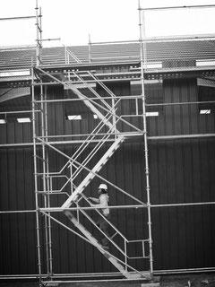 L'échafaudage, c'est aussi des escaliers d'accès provisoires.