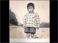 Inoue Methods作成者(3-4才)@仁淀川の河原 読み書きは早かったが泣き虫ではにかみ屋でした クリックで拡大