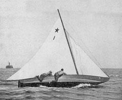 Az 1. számú sztár – 21 másikkal együtt – Isaac E. Smith port  washingtoni műhelyében készült el 1910–11 telén. Ezen a képen már a rövid Marconi-árboccal látható 1923-ban. Fotó: Yachting, Morris Rosenfeld
